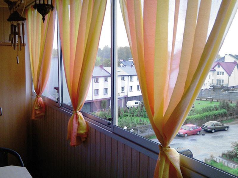 разноцветный тюль на балконе