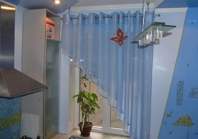 косая штора на кухню