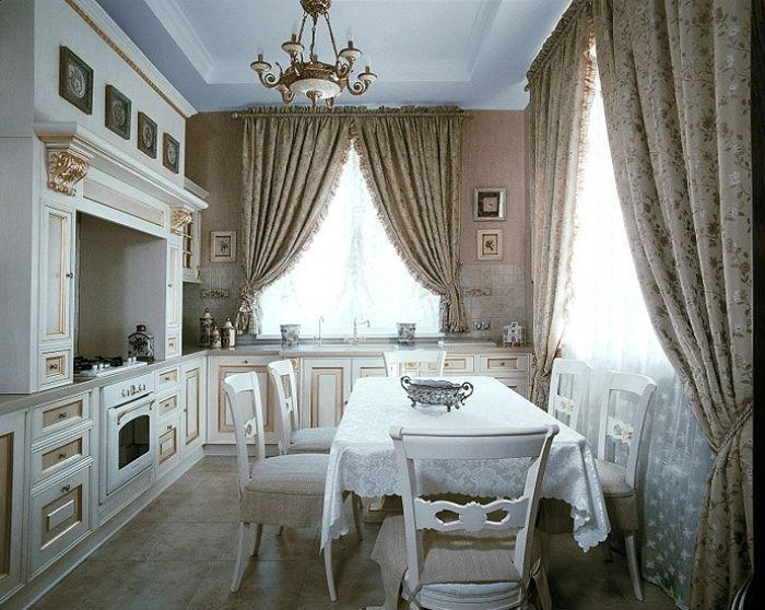 Кухня с ассиметричными по длине угловыми занавесками, короткая штора помогает освободить пространство подоконника