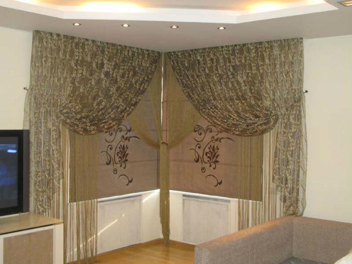 Ассиметричные легкие занавески в купе с плотными жалюзи – эстетичное, функциональное и компактное решение, которое идеально подходит для декорации окон в небольших помещениях