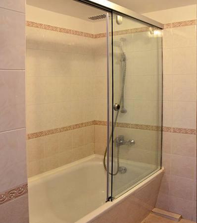 Шторка на каркасном механизме стеклянная для ванны
