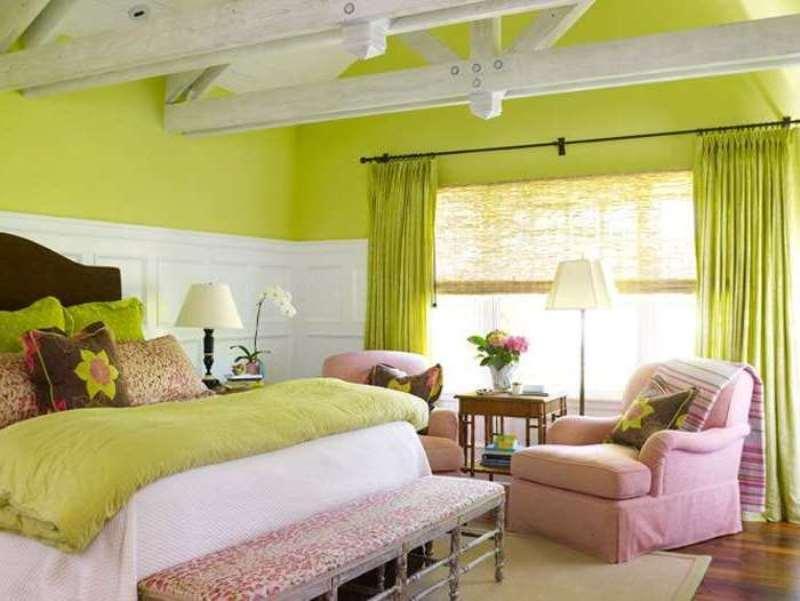 салатовые шторы в спальне с розовыми креслами