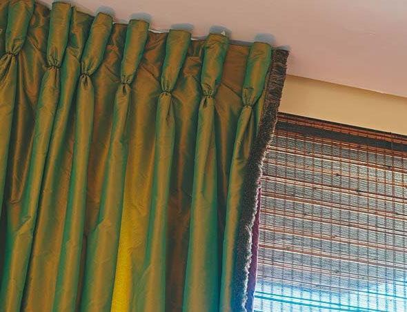 зеленые шторы на шторной ленте