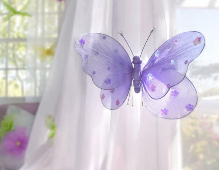 бабочка на шторе