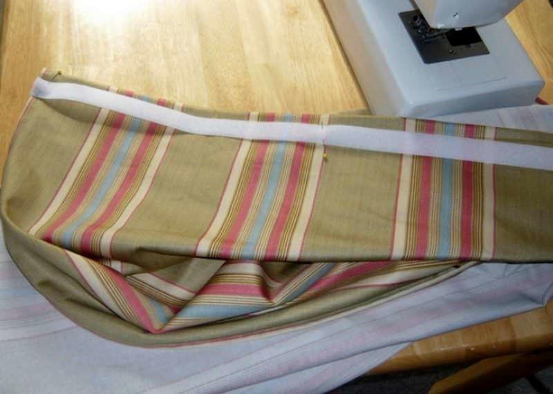 Чтобы липучка не съезжала во время пошива штор, ее лучше приметать. У малоопытных мастериц прикрепленные булавками фрагменты могут перемещаться по плоскости во время строчки