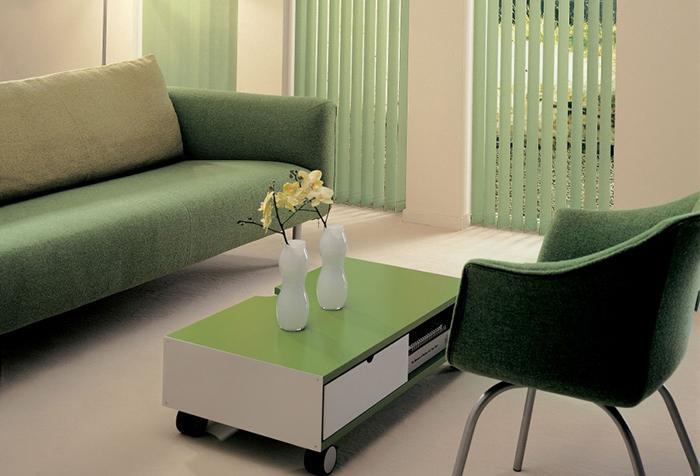 Зеленые жалюзи в кабинете