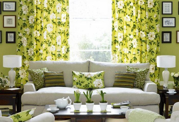 Зеленые шторы с цветочным узором в гостиной