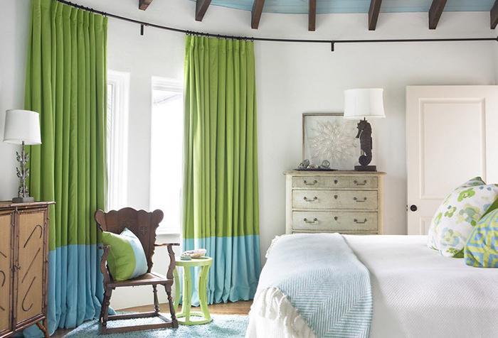 Свежие цвета в интерьере спальни - сочетание зеленого и голубого