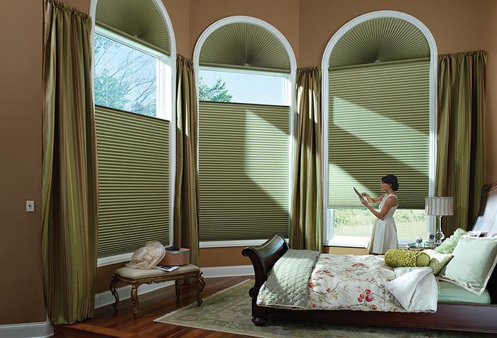 Сочетание зеленых штор с коричневыми тонами интерьера