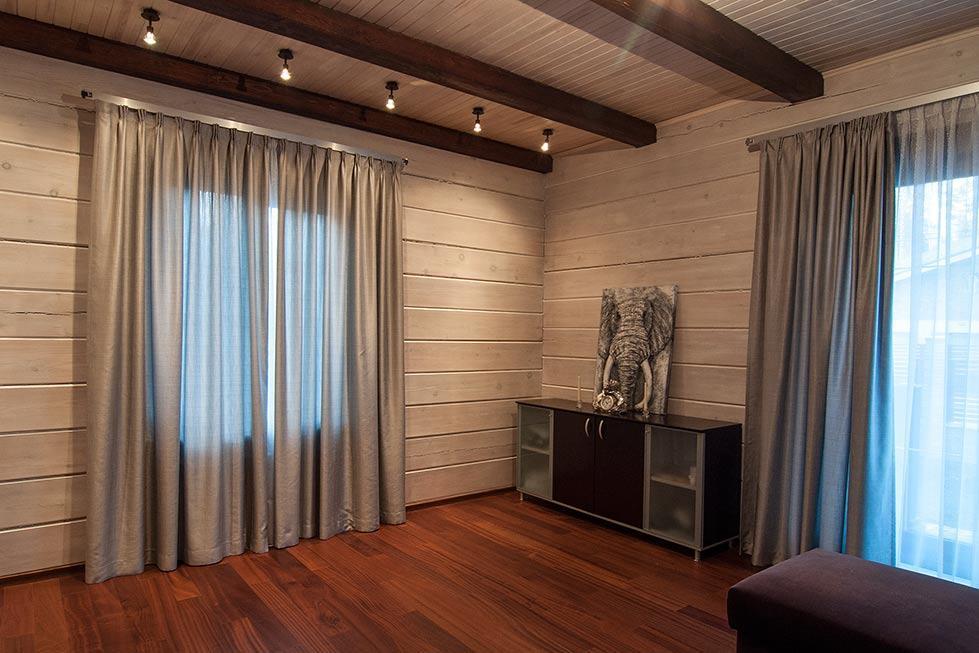 Современный стиль штор в деревянном доме
