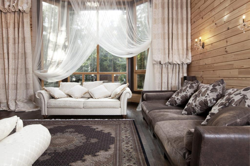 Классический стиль штор в деревянном доме