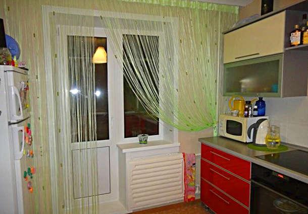 Нитяные шторы на кухне с балконом
