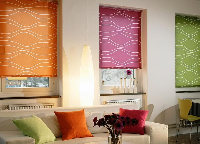 Интерьер гостиной с рулонными шторами внутри оконного проема