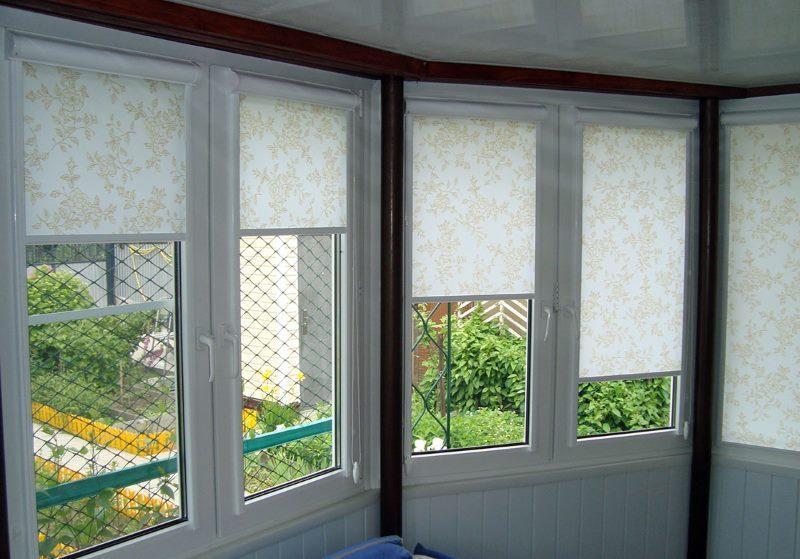 Рулонные шторы кассетного типа на окнах летней веранды