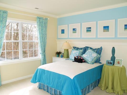 Деревенская спальня со шторами в мелкий цветок