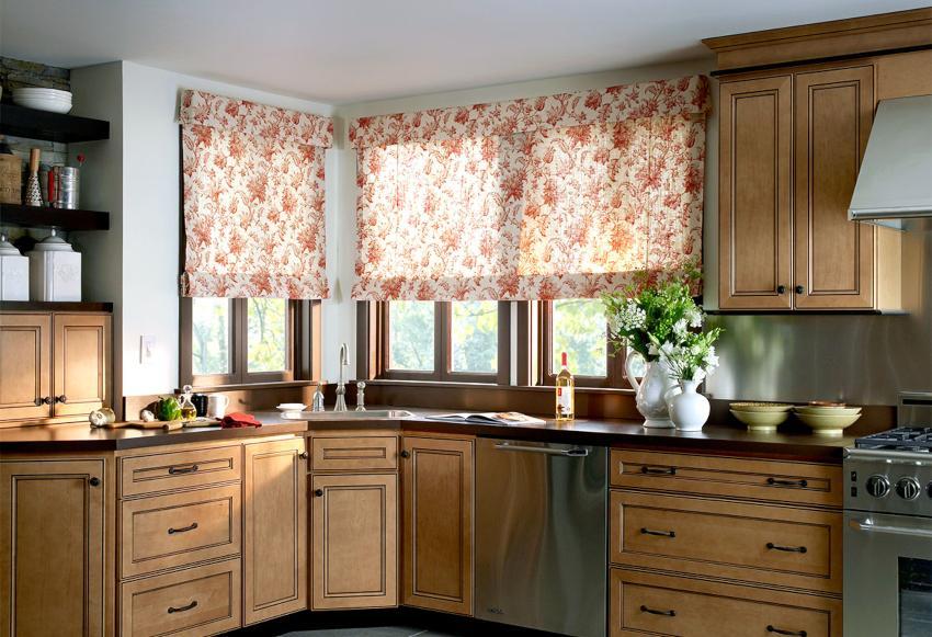 Распущенное полотно римской шторы смотрится элегантно и аккуратно