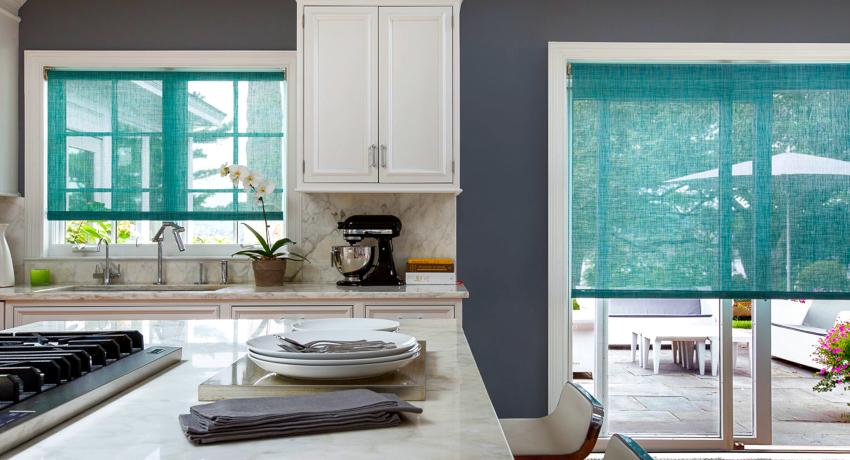 Рулонные и римские шторы для кухни часто путают, потому как они имеют похожий способ крепления и общую сферу применения