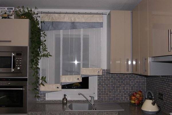 Правильно подобранные узкие гардины визуально расширят окно.