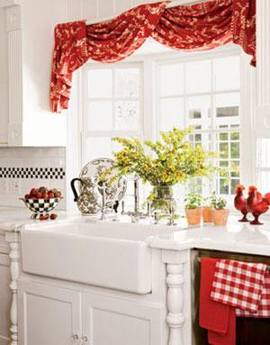 Яркий, но не броский красный цвет штор на фото отлично гармонирует с белыми тонами интерьера.