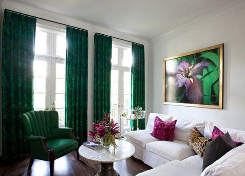 Зеленые шторы в зале
