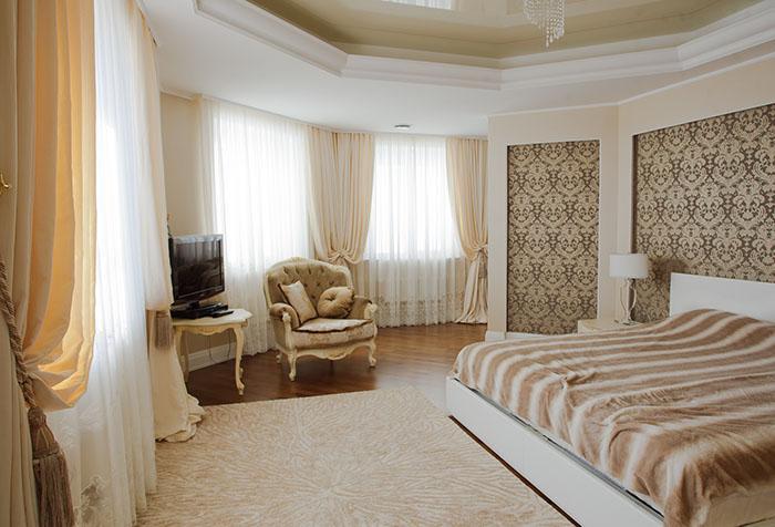 Шторы в спальню на потолочный карниз – какие выбрать?