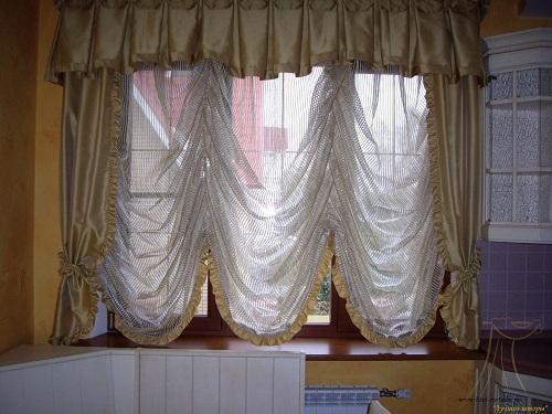 Австрийские шторы на эркерном окне