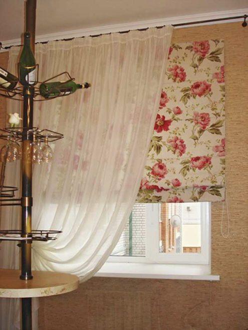 Римские шторы на кухне и тюль
