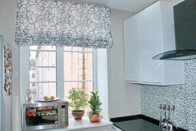 Дизайн в белых тонах римских штор на кухне