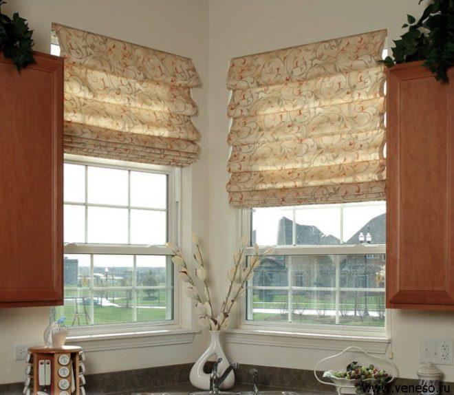 Оформление кухонного окна римскими шторами