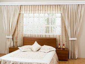 Шторы в спальне могут стать настоящим украшением интерьера