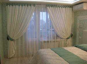 Спальня с балконом - как подобрать шторы