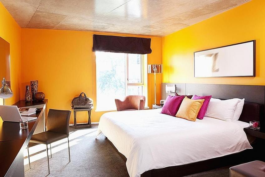 Стоит обратить внимание, что желтый - это цвет бодрости, поэтому его не рекомендуется использовать для оформления спальни людям с проблемами со сном
