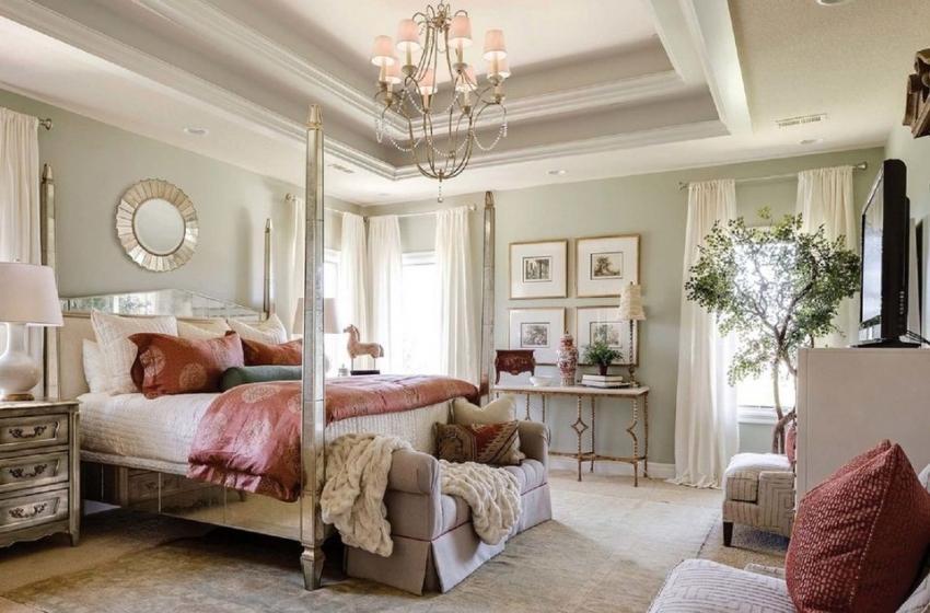 Пример гармоничного использования нежных тонов в оформлении спальной комнаты