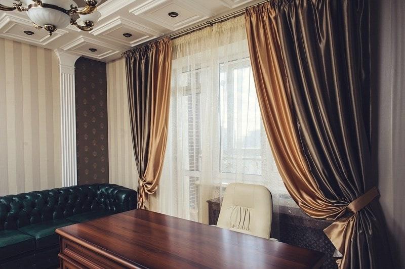 шторы из атлас-сатина в кабинете