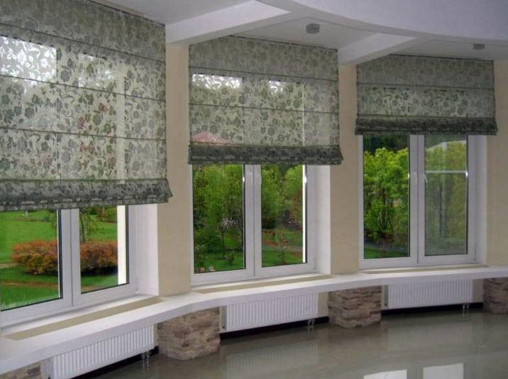 рулонные занавески на окнах