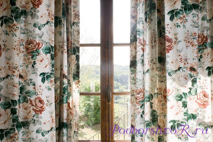 Окно со шторами в цветочек