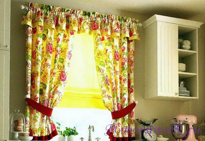 Кухонное окно со шторами в цветочек