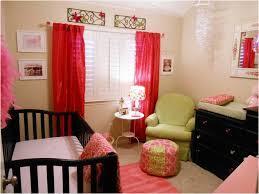 красные шторы в маленькой комнате