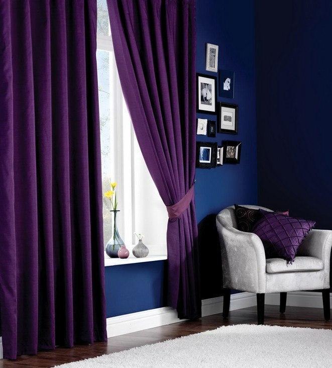 маленькая комната в темных цветах