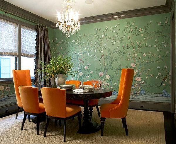 Оливковая отделка стен отлично сочетается с оранжевой обивкой на мебели