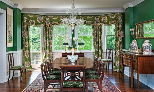 Классические шторы с ламбрекенами в интерьере столовой