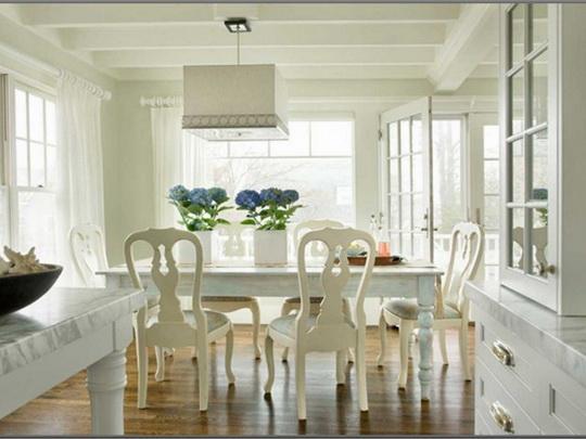 Светлые шторы сделают столовую светлой и просторной