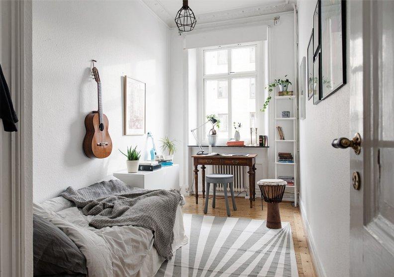 Отделка стен декоративной штукатуркой в интерьере комнаты подростка