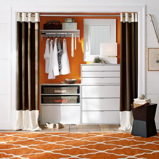 Иногда шторы в коридоре скрывают не окно и не арку, а нишу с гардеробом и обувной полкой. Практично и элегантно
