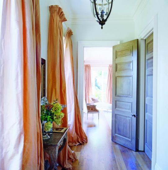 Шторы для окон в коридоре могут стать композицией во всю стену