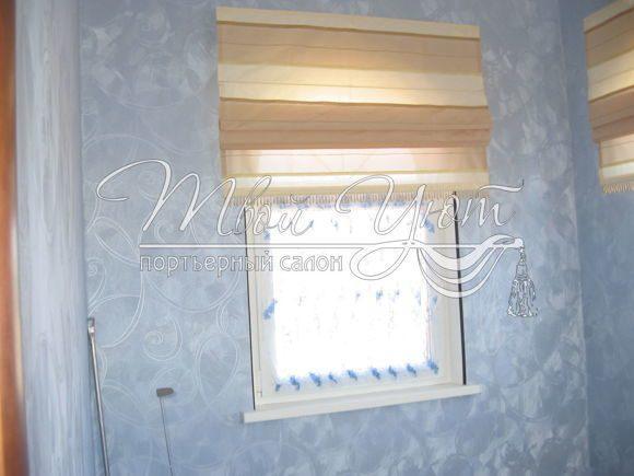 Дизайн римских штор из ткани в полоску на окне в прихожей