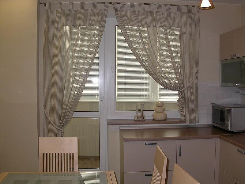 шторы с разной длиной для окна с балконной дверью на кухне