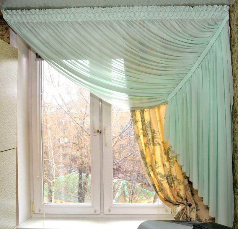 две шторы сдвинутые в одну сторону