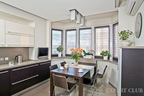Эркер в кухне, оформленный римскими шторами