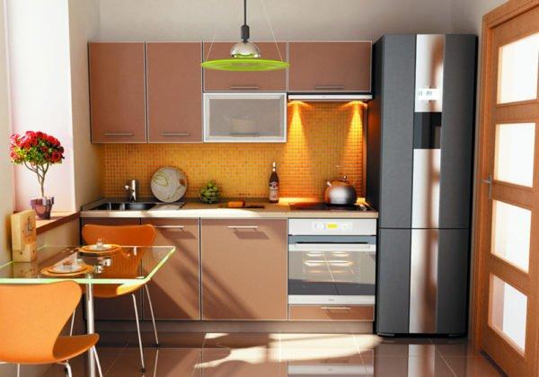 Естественное и искусственное освещение отражается от глянцевой поверхности шкафов и обеденных столов, что делает помещение просторнее